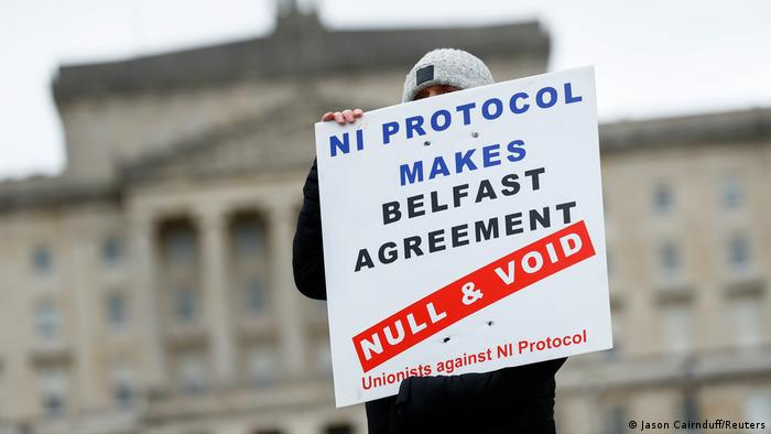 Протестиращ пред сградата на парламента в Белфаст срещу Северноирландския протокол