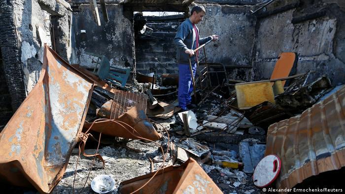Чоловік стоїть на руїнах свого будинку, розташованого на території самопроголошеної ДНР