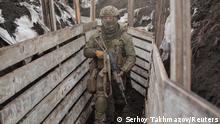 Солдат української армії біля лінії розмежування в районі Донецька
