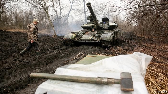 Механік танку української армії поруч з танком