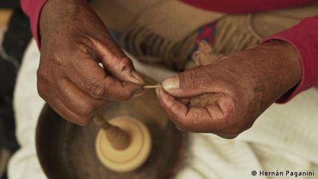 Argentinien Kunst und Tradition der Spinnerei aus La Puna