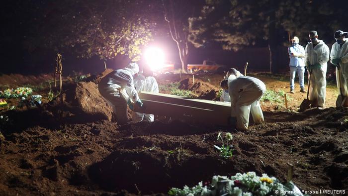 Поховання померлого від коронавірусу в Сан-Паулу
