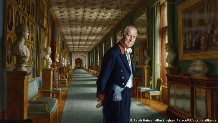 El príncipe Felipe ante una galería de obras de arte.