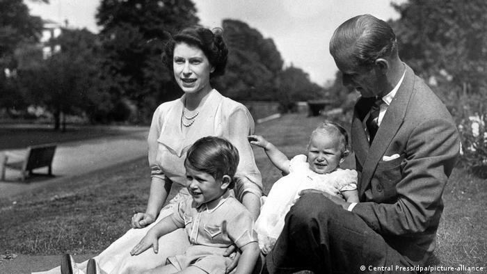 La reina Isabel II, en esta foto aún princesa Isabel, y su esposo. el duque de Edimburgo, con sus hijos Charles, de dos años, y Anne, de un año. (1951).