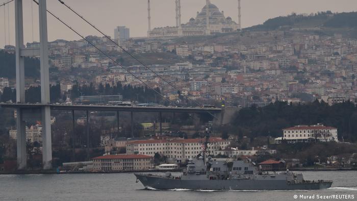 Estados Unidos, la OTAN y la UE se comprometieron a apoyar los esfuerzos de Ucrania para defender su territorio. Ankara dijo el viernes (09.04.2021) que Estados Unidos ya había anunciado a finales de marzo que enviaría dos buques de guerra al mar Negro a mediados de abril. El USS Thomas Hudner (en la foto) es uno de los dos destructores de misiles que atravesaron el Bósforo el mes pasado.