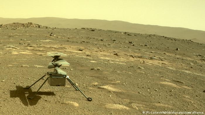 Der NASA Mars Helikopter Ingenuity bei seinem ersten Testflug aufgenommen vom Rover perseverence