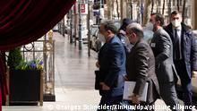 Der iranische Vize-Außenminister Abbas Araghchi und seine Delegation vor dem Eingang des Grand Hotels