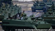 Russische Kampfpanzer auf einem Truppenübungsplatz bei Moskau
