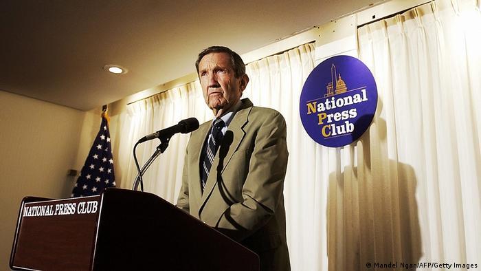 رمزی کلارک در حال سخنرانی در کلوپ ملی رسانه در واشنگتن، ماه مه ۲۰۰۶