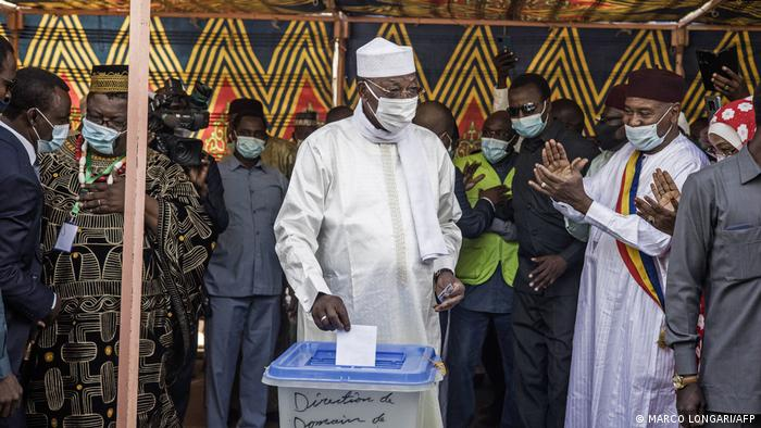 Chadian President Idriss Deby Itno (C) casts his ballot at a polling station in N'djamena, on April 11, 2021. (Photo by MARCO LONGARI / AFP)