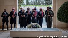 الملك الأردني وعدد من الأمراء من بينهم الأمير حمزة في زيارتهم لأضرحة الملكية (11.04.2021)