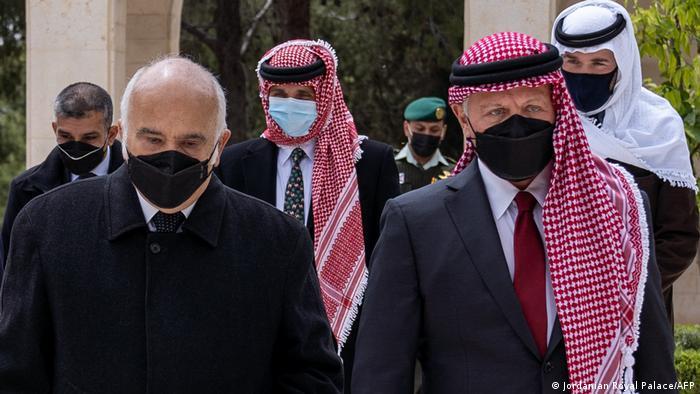 پادشاه اردن و شاهزاده حسن طلال عموی آنها که واسطه رفع تنش بین دو برادر بوده است