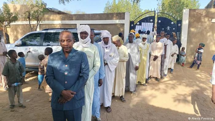 Des électeurs font la queue devant un bureau de vote à N'Djamena