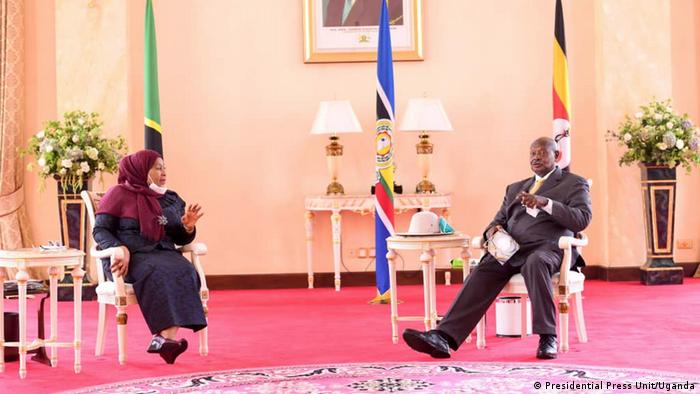 East Africa Oil Pipeline Abkommen   Samia Suluhu Hassan und Yoweri Museveni