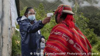 У жителя Перу измеряют температуру