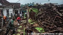 "*** Dieses Bild ist fertig zugeschnitten als Social Media Snack (für Facebook, Twitter, Instagram) im Tableau zu finden: Fach ""Images"" —> Weltspiegel/Bilder des Tages *** 11.04.21 *** TOPSHOT - Indonesian soldiers and residents check damaged houses in Malang, East Java on April 11, 2021, a day after a 6.0-magnitude quake struck off the coast of Indonesias main Java island. (Photo by Juni Kriswanto / AFP) (Photo by JUNI KRISWANTO/AFP via Getty Images)"
