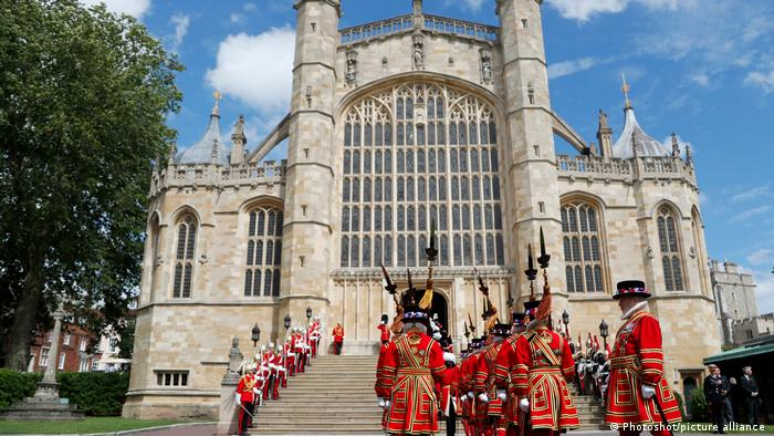 Großbritannien St George's Chapel, Ankunft von Rittern in roter Uniform (Windsor Castle)