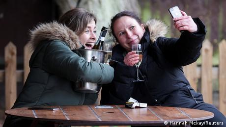 Veselie la Londra: două fete au deschis o sticlă de şampanie