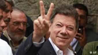 Kandidat Santos macht das Victory-Zeichen (Foto: AP)