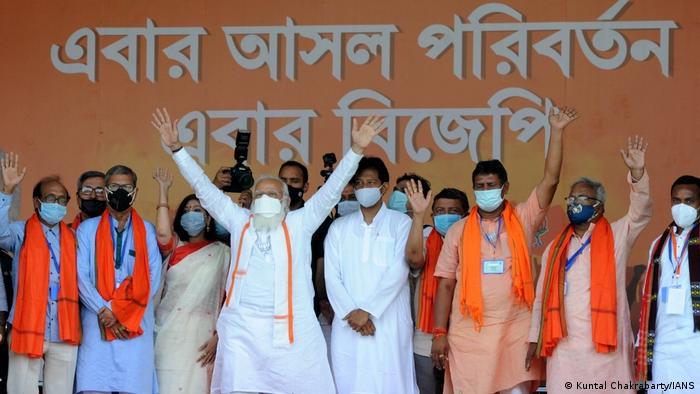 عرصه سیاست نیز عملکرد خوبی نداشته است. در شروع این ماه انتخابات ایالتی در بنگال غربی برگزار شد و همایشهای گستردهای از سوی حزب حاکم بهاراتیا جاناتا برگزار شد. نخست وزیر نارندرا مودی نیز در این همایش انتخاباتی شرکت داشت و هزاران تن از هواداران او در این مراسم اشتراک کردند، بدون این که ماسک بپوشند یا فاصله اجتماعی را رعایت کنند.