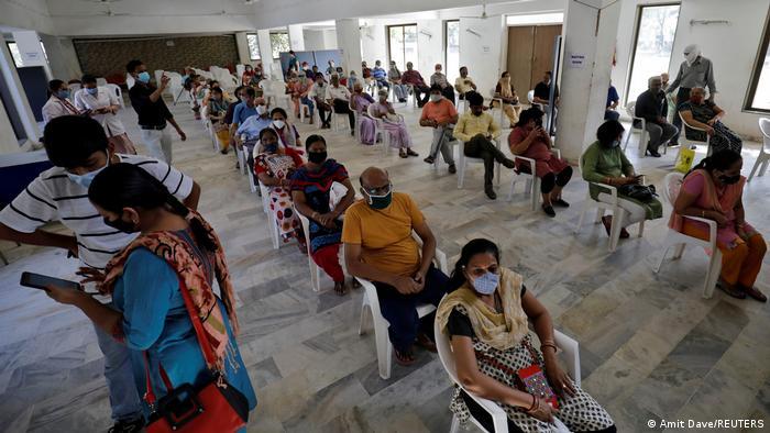 هندوستان بیش از ۱.۳ میلیارد نفر جمعیت دارد. تا حالا کمتر از دو درصد جمعیت این کشور واکسین کرونا دریافت کرده اند. این در حالی است که هندوستان یکی از بزرگترین تولیدکنندگان واکسین در جهان است. مقامها گفته اند که سر از اول ماه می برای همه شهروندان بالای ۱۸ ساله واکسین کرونا در دسترس خواهد بود.