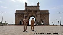 "*** Dieses Bild ist fertig zugeschnitten als Social Media Snack (für Facebook, Twitter, Instagram) im Tableau zu finden: Fach ""Images"" *** 05.04.21 *** FILE PHOTO: Police officers patrol at the empty Gateway of India monument, amidst the spread of coronavirus disease (COVID-19), in Mumbai, India, April 5, 2021. REUTERS/Niharika Kulkarni/File Photo"