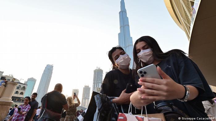 امرأتان تتصوران بالقرب من برج خليفة في دبي