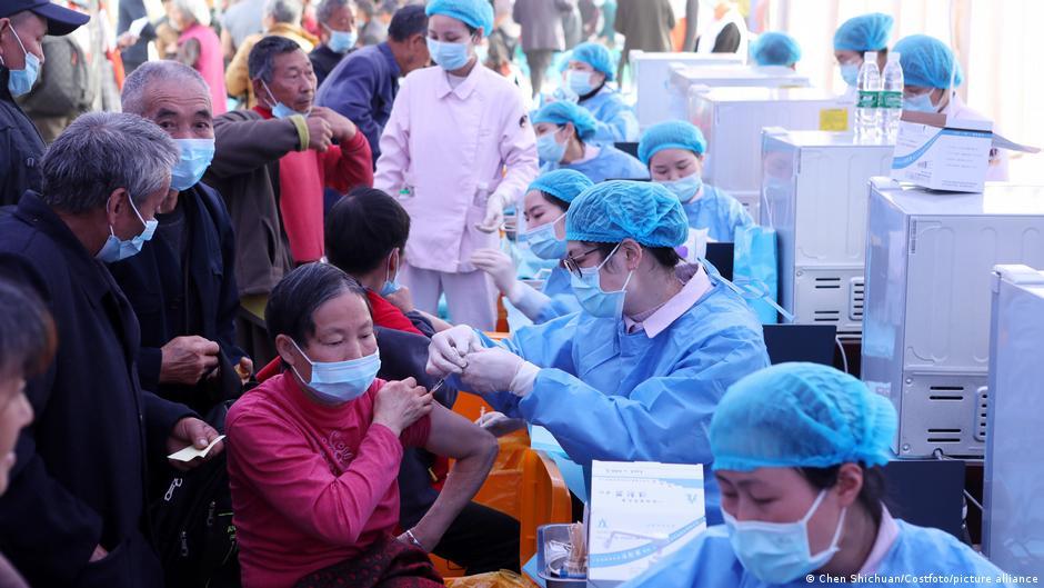 銀行瑞銀(UBS)14日發表報告稱,中國近來新冠肺炎疫苗接種量急增,正以平均每日為0.64%的人口接種的速度進行,趕上美國每日0.65%的接種速度。圖為重慶市民接種疫苗的狀況。