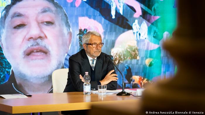 Biennale-Direktor Biennale-Präsident Roberto Cicutto (vorn) sitz am Tisch und Chefkurator Hashim Sarkis ist per Video zugeschaltet