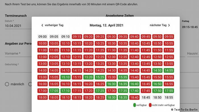 Screenshot einer Internetseite mit Terminen in einem für Corona-Tests am Montag, 12. April 2021. Die meisten der Uhrzeiten im 5-Minuten-Takt sind rot und damit nicht mehr verfügbar, ein kleinerer Teil grün und verfügbar