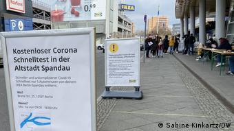 Табличка у магазина IKEA c информацией о том, где и как можно сделать тест на коронавирус