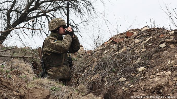 Un soldado ucraniano en posiciones de combate cerca de Donetsk, Ucrania (12.04.2021).