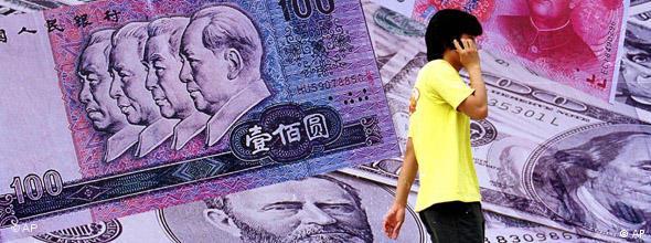 Mann vor übergroßem Yuan-Geldschein