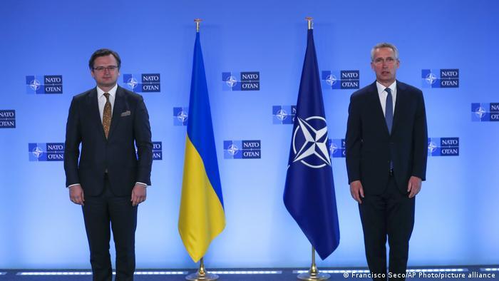 Глава МИД Украины Дмитрий Кулеба и генеральный секретарь НАТО Йенс Столтенберг в Брюсселе