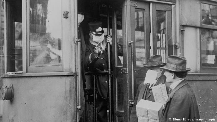 Passageiros em bonde nos EUA em 1918 usando máscaras para se proteger da gripe espanhola