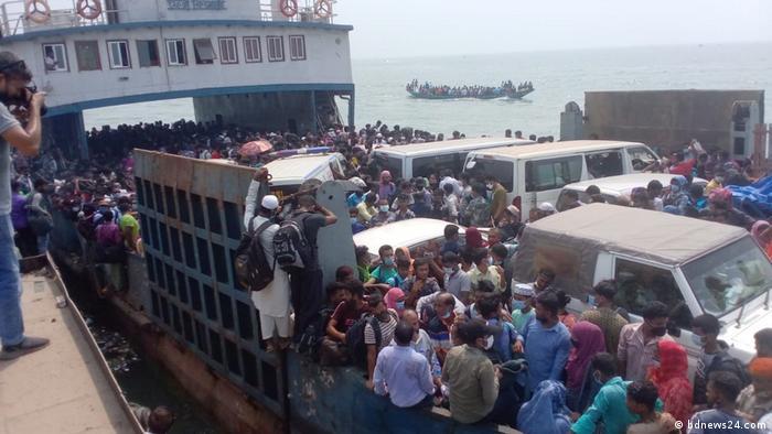 Bangladesch, Shimulia-Banglabazar | Überfüllte Fähre kurz vor Lockdown
