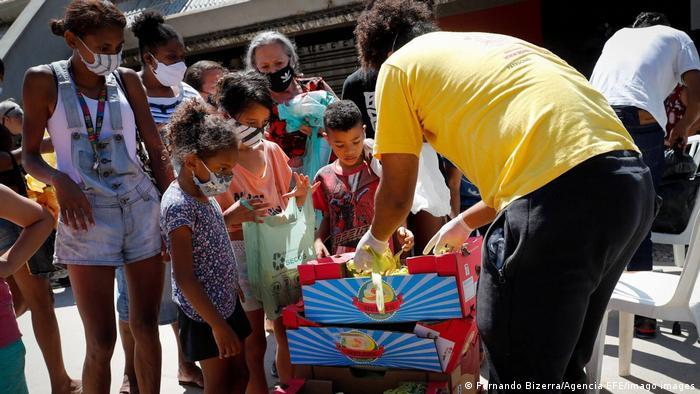 Distribuição de alimentos na favela paulistana de Paraisópolis