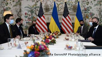 На переговорах Дмитрия Кулебы (крайний слева) и Энтони Блинкена (крайний справа)