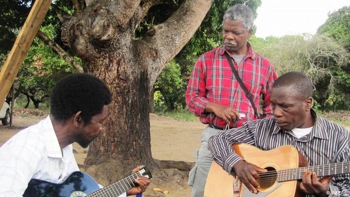 Hortêncio Langa (ao centro) durante pesquisas sobre a Marrabenta em Moçambique, pelo Instituto de Investigação Sócio-Cultural ARPAC