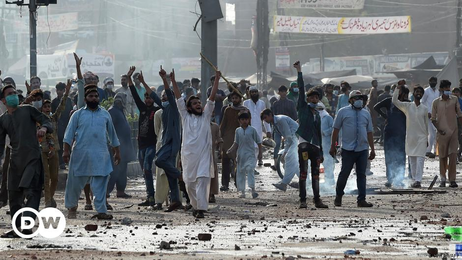Pakistan: Deadly anti-French protests escalate