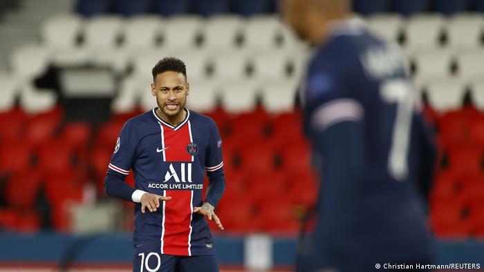 Neymar looks at Mbappe