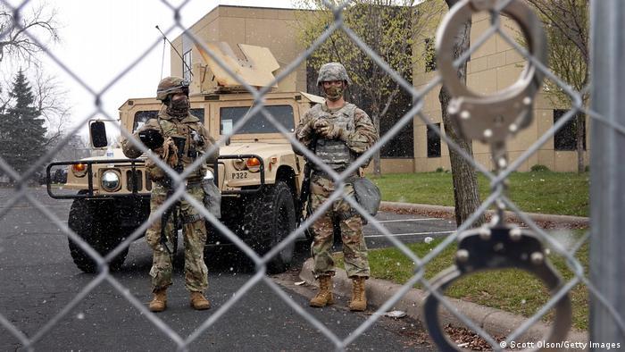 Национальная гвардия США у полицейского участка в городе Бруклин-Сентер