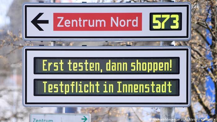 Электронное табло в Берлине, напоминающее о необходимости делать тест на ковид перед шопингом