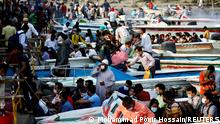 """*** Dieses Bild ist fertig zugeschnitten als Social Media Snack (für Facebook, Twitter, Instagram) im Tableau zu finden: Fach """"Images"""" —> Weltspiegel/Bilder des Tages *** 13.04.21 *** Migrant people and workers leave the city in speedboats before the countrywide lockdown imposed as the coronavirus disease (COVID-19) cases increased, at Mawa ferry port in Munshiganj, Bangladesh, April 13, 2021. REUTERS/Mohammad Ponir Hossain TPX IMAGES OF THE DAY REFILE - CORRECTING TYPO IN COUNTRYWIDE"""