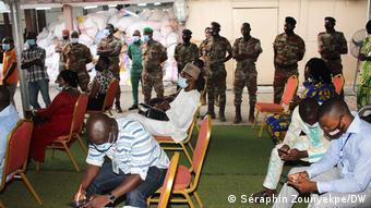 La proclamation des résultats de la présidentielle par la Commission électorale nationale autonome (CENA) sous le regard des éléments de l'armée.