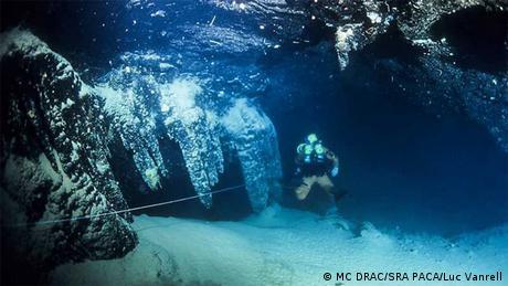 Ein Taucher vor der Henri-Cosquer-Höhle
