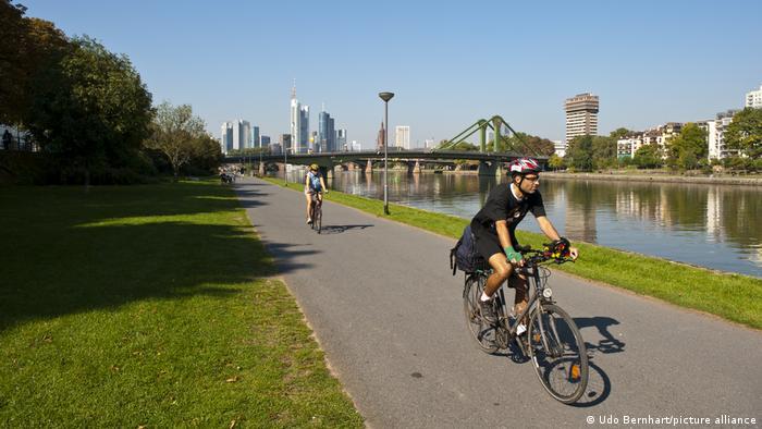 Ciclistas en el río Meno