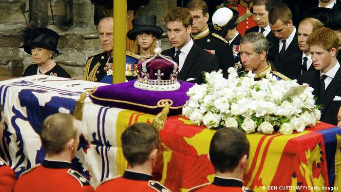 British Royals flank the draped coffin of Queen Mum