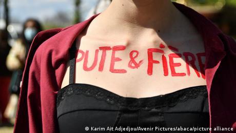 Kurva & ponosna piše na grudima ove žene koja je sa koleginicama protestovala u Parizu (13. april)