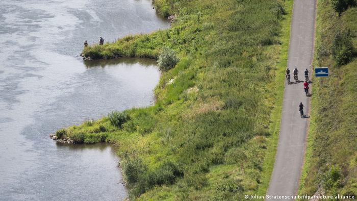 Carril bici en el río Weser